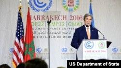 존 케리 미국 국무장관이16일모로코마라케시에서열린제22차유엔기후변화협약당사국총회COP22에서연설하고 있다.
