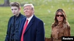 Presiden AS Donald Trump dan ibu negara Melania Trump, bersama putra mereka, Barron.