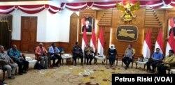 Gubernur Jawa Timur bersama pendeta-pendeta utusan Persekutuan Gereja-gereja Papua, berdialog mengenai masalah yang berkembang akhir-akhir ini di Gedung Negara Grahadi di Surabaya (Foto:VOA/ Petrus Riski).