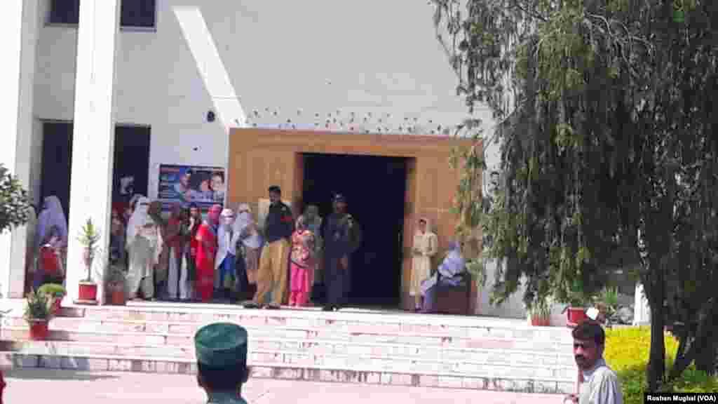 قانون ساز اسمبلی کی 29 نشستیں پاکستانی کشمیر کے مختلف اضلاع جب کہ 12 پاکستان میں مقیم کشمیر مہاجرین کے لیے مختص ہیں۔