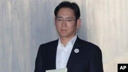 삼성전자 이재용 부회장이 27일 뇌물공여 혐의 관련 항소심 결심 재판에 출석하기 위해 호송차에서 내려 서울고등법원 법정으로 향하고 있다.