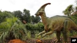 پارازارولوفوس یا پیراتاجی خزنده، یک دایناسور گیاهخوار که قادر به حرکت هم روی دو پا و هم چهار پا بود