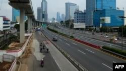 Jalan-jalan di Jakarta tampak lengang setelah penerapan Pembatasan Sosial Skala Besar (PSBB) di tengah wabah virus corona (COVID-19). (Foto: AFP)