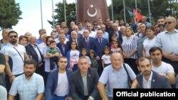 Müsavat Partiasının fəalları Türkiyə hərbçilərinin şərəfinə ucaldılmış abidəni ziyarət edir
