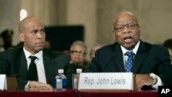 Anggota DPR AS dari Partai Demokrat, John Lewis (kanan), dan Senator Cory Booker, bersaksi di Capitol Hill, Washington dalam sidang dengar pendapat untuk pengukuhan jaksa agung yang baru (11/1). (AP/Cliff Owen)