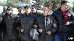 Тунисские полицейские в рядах демонстрантов