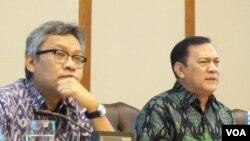 Dari kiri: Diffy Johansyah (Kepala Biro Humas BI), dan Agus Martowardoyo (Gubernur BI) dalam diskusi mengenai ekonomi dan perbankan Indonesia di Jakarta, 17 Januari 2014 (VOA/Iris Gera).