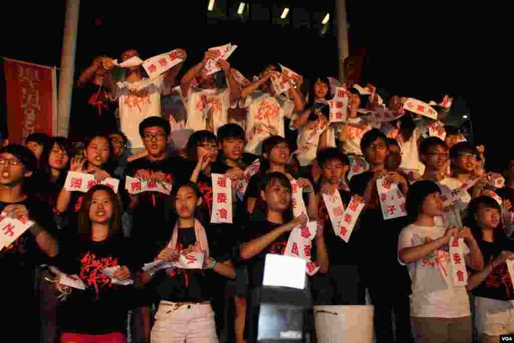 學民思潮在特區政府總部外舉行全民共議政改集會(美國之音海彥拍攝)