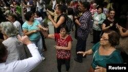 Người cao tuổi khiêu vũ trên đường phố trong ngày lễ quốc tế cho người cao tuổi ở Sao Paulo, Brazil.