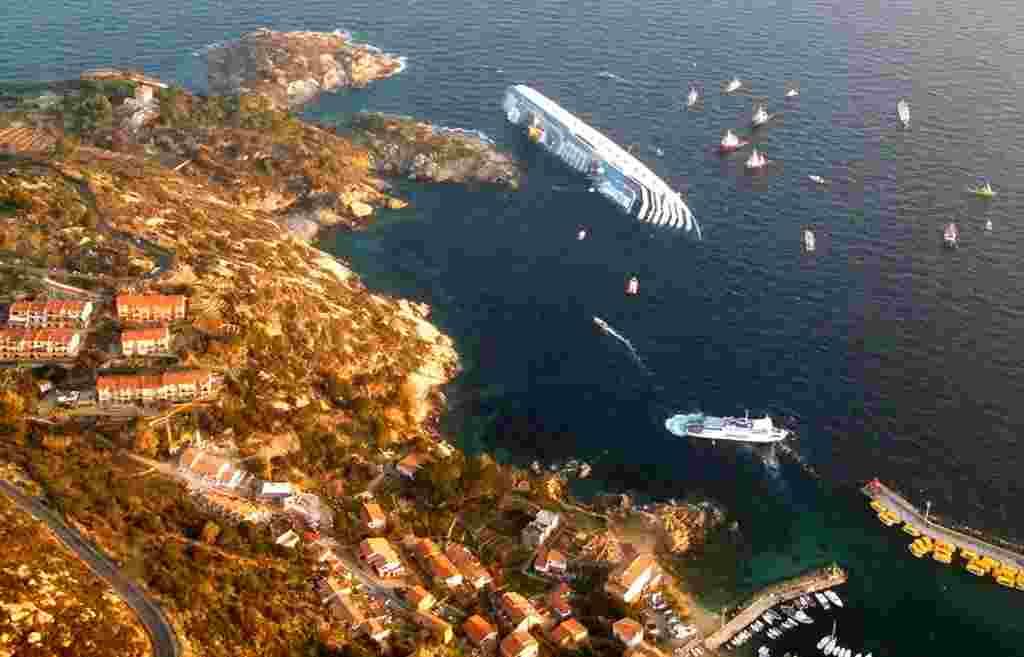 La cuenta de víctimas fatales se elevó a cinco personas después de que los rescatistas encontraran a dos ancianos atrapados en una cabina en el buque sumergido.