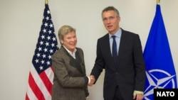 Le secrétaire général de l'Otan Jens Stoltenberg et la sous-secrétaire américaine chargée du contrôle des armements et de la sécurité, à Bruxelles, le 27 juin 2016