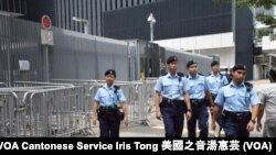 香港雨傘運動一周年前夕政府總部公民廣場外加設鐵馬,並加派警員巡邏