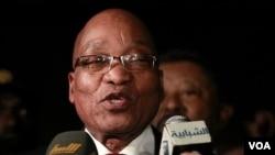 Presiden Afrika Selatan Jacob Zuma memberikan pernyataan setelah bertemu Moammar Gaddafi di Tripoli, Minggu (10/4).