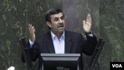 Presiden Mahmoud Ahmadinejad menjawab pertanyaan-pertanyaan para anggota parlemen Iran, Rabu (14/3).