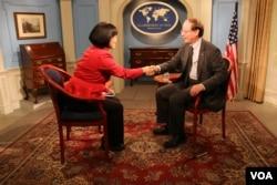 美國副助理國務卿愛德華•拉莫托斯基(Edward J. Ramotowski)接受美國之音記者亞微專訪 (美國之音王子揚拍攝)