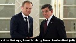 15일 터키를 방문한 도날드 투스크 유럽연합 집행위원회 상임위원장(왼쪽)이 아흐메트 다부토울루 터키 총리와 회담했다.
