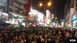 香港警民在旺角对峙 (美国之音海彦 拍摄)
