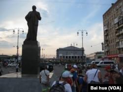 莫斯科亞羅斯拉夫火車站廣場上的列寧塑像。(美國之音白樺拍攝)