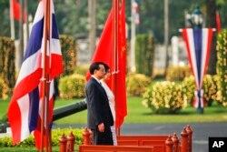 2013年10月李克强总理访问泰国,和泰国总理英拉在欢迎仪式上。