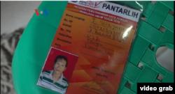 Tanda pengenal petugas KPPS Pemilu 2019, Tutung Suryadi, ketua KPPS 025 Kecamatan Tamansari, Jakarta Barat. (Foto: VOA/videograb-Ahadian)