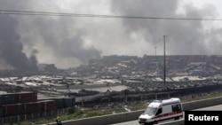 天津消防與救護人員在爆炸現場戒備