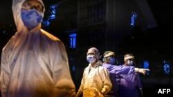 ရန္ကုန္ၿမိဳ႕ရွိ Quarantine စင္တာတခုမွာ လုပ္အားေပးေနတဲ့ ေစတနာ့ ဆရာ၀န္တခ်ိဳ႕ (ေမ ၀၈၊ ၂၀၂၀)