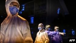 ၂၀၂၀ ခုႏွစ္ ေမ ၈ ရက္ေန႔က ရန္ကုန္ၿမိဳ႕ရွိ Quarantine စင္တာတခုမွာ ေတြ႔ရတဲ့ လုပ္အားေပးဆရာဝန္တခ်ိဳ႕။ (ေမ ၀၈၊ ၂၀၂၀)