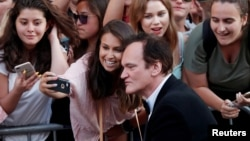 "El director Quentin Tarantino rodeado de fans en la Premiere de ""Once Upon a Time In Hollywood"". Los Angeles, California. 22-7-19. REUTERS/Mario Anzuoni."
