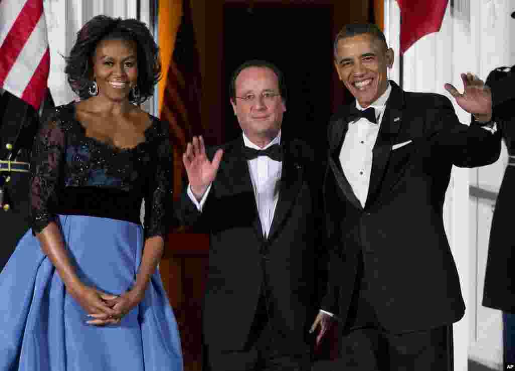Ibu Negara Michelle Obama dan Presiden Barack Obama menyambut Presiden Perancis François Hollande dalam makan malam kenegaraan di Gedung Putih, 11 Februari 2014.