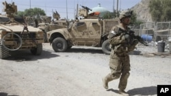 Binh sĩ Mỹ trong lực lượng liên quân tuần tra bên ngoài một đồn cảnh sát sau vụ tấn công của các phần tử chủ chiến ở Kandahar, ngày 19/6/2012