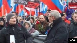 3月1日的莫斯科大遊行哀悼遇害的反對派領袖涅姆佐夫。施奈德爾(前排左一),前總理卡西亞諾夫(前排左二)和小卡爾穆爾扎(手持紅玫瑰)在涅姆佐夫的遇害地點。(美國之音白樺拍攝)