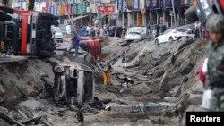 Các vụ nổ phá tung một phần của bốn con đường, làm các xe bay lên và các mảng vụn bắn ra chung quanh.