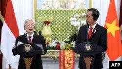 Tổng Bí thư Đảng Cộng sản Việt Nam Nguyễn Phú Trọng và Tổng thống Indonesia Joko Widodo tại một cuộc họp báo ở Jakarta, 23/8/17.