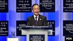 Perdana Menteri Tiongkok Wen Jiabao memberikan sambutan pada pembukaan Forum Ekonomi Dunia di Dalian, Tiongkok (14/9).