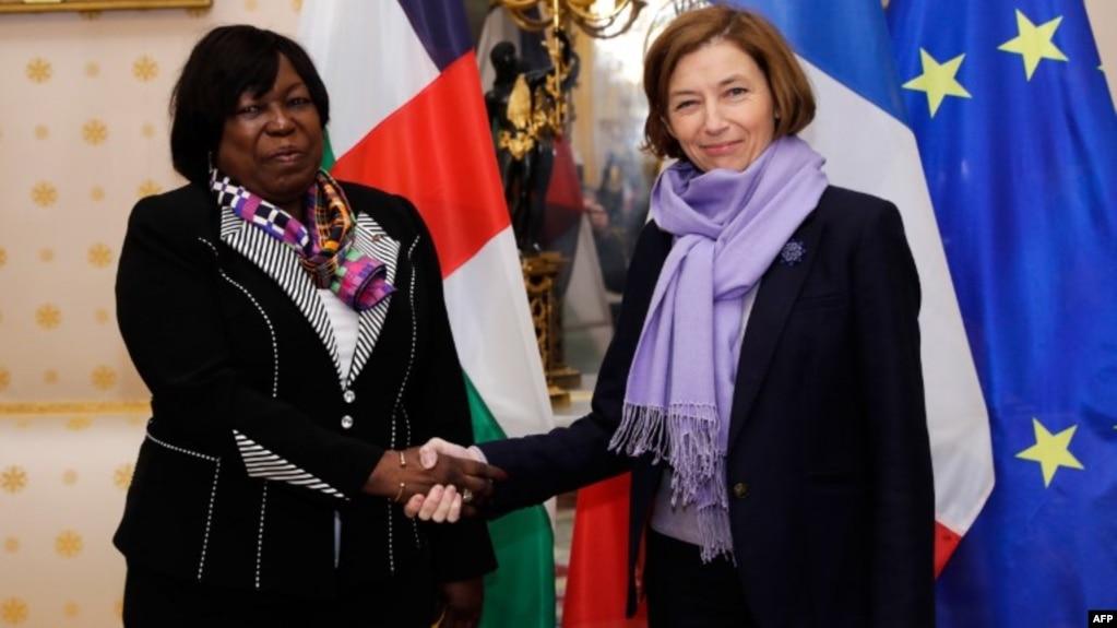 La ministre française de la Défense, Florence Parly, et la ministre de la Défense de la République centrafricaine, Marie-Noël Koyara, avant une réunion au ministère de la Défense française à Paris, le 10 novembre 2017.