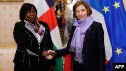 La ministre de la Défense de la République centrafricaine, Marie-Noël Koyara (à g.), avec son homologue française, Florence Parly, à Paris, le 10 novembre 2017.