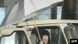 Libijski lider Muamer Gadafi dao je izjavu za libijsku državnu televiziju sedeći u kombiju i držeći u ruci veliki kišobran