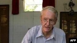 Ian Smith, le dernier dirigeant blanc de la Rhodésie, actuellement le Zimbabwe, a voté à Harare le 10 mars 2002.
