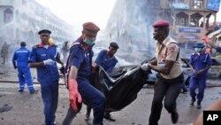 25일 나이지리아 수도 아부자의 한 상가에서 폭탄테러가 발생해 20여명이 사망한 가운데, 구조대원들이 부상자를 옮기고 있다.