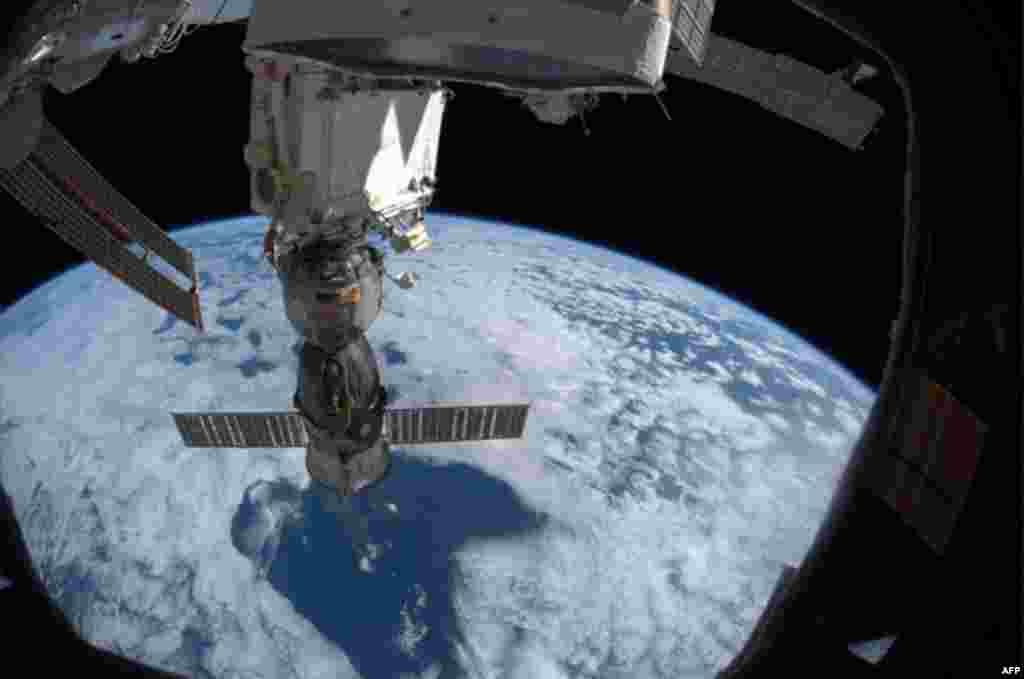 Вид космического корабля «Союз» с МКС на фоне Земли