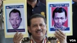 Mayjen Polisi Anton Bachrul Alam saat menunjukkan foto pembom gereja di Solo, Pino Damayanto sesudah tewas (kiri) dan foto saat masih hidup dalam jumpa pers di Jakarta (27/9).