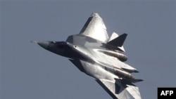 Российский истребитель пятого поколения T-50 в небе Подмосковья. 17 августа 2011 года