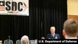 美军参谋长联席会议副主席、空军四星将军塞尔瓦在战略威慑联盟研讨会上发言。