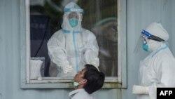 ရန္ကုန္ၿမိဳ႕ရွိ Quarantine စင္တာတခုမွာ ကိုဗစ္ ေရာဂါစစ္ေဆးေပးေနတဲ့ ျမင္ကြင္း။ (ေအာက္တိုဘာ ၁၃၊ ၂၀၂၀)