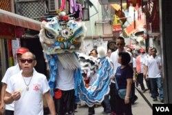 舞師表演長洲穿梭大街小巷。(美國之音湯惠芸)