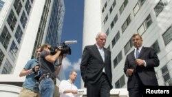 Foto de archivo del ministro de Relaciones Exteriores palestino, Riad al-Malki (centro) cuando sale de la Corte Penal Internacional de La Haya en agosto del año pasado.