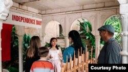 Fenesha Flourencia memperkenalkan Indonesia kepada pengunjung Disney Animal Kingdom (dok: Fenesha Flourencia)