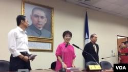 2017年5月20日晚,中国国民党主席洪秀柱在中央党部,向刚当选的主席吴敦义祝贺,希望他带领全党走向重新执政 (美国之音申华拍摄)