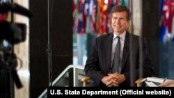 """Robert Bleyk, AQSh Davlat kotibi muovini Robert Bleyk """"Amerika Ovozi"""" bilan suhbatda, 21-avgust, 2012, Vashington (suratni kattalashtirish mumkin)"""