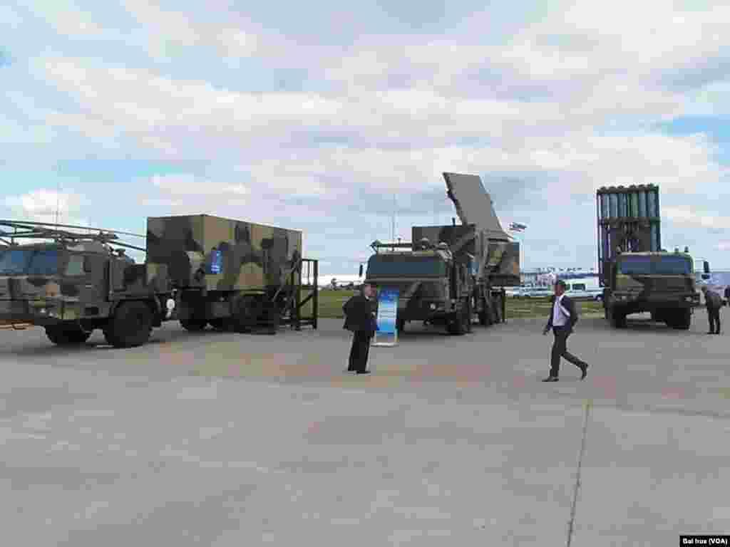俄罗斯新展出的S-350防空导弹系统(美国之音白桦拍摄)